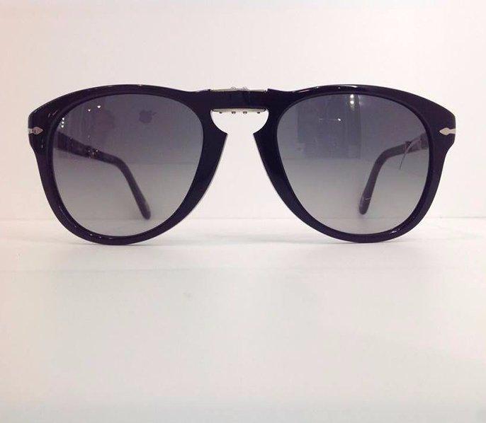 degli occhiali da sole neri con lenti blu