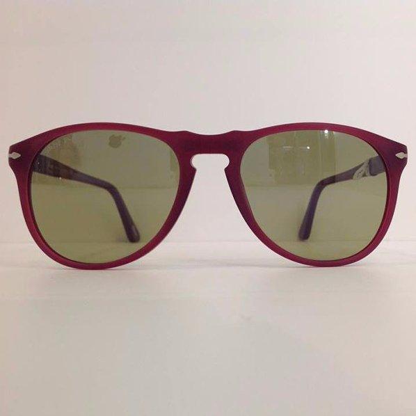 degli occhiali da sole rossi con lenti beige