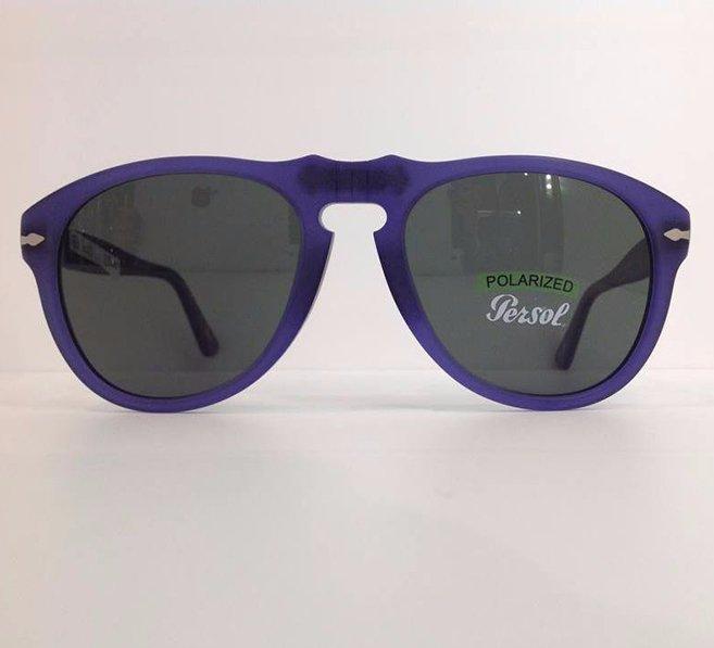 degli occhiali da sole neri con lenti blue