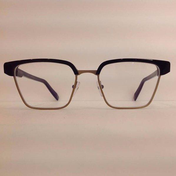 degli occhiali da vista marroni e neri