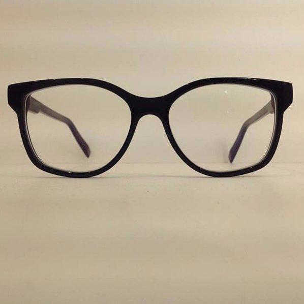 degli occhiali da vista neri