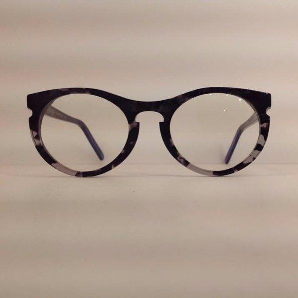 degli occhiali da vista di color nero