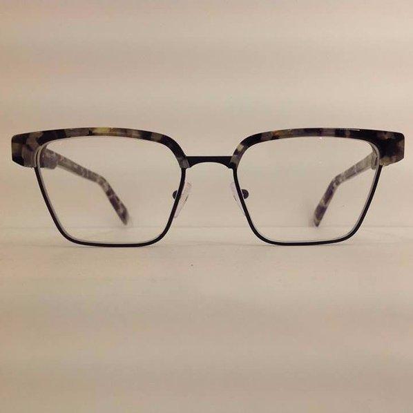 degli occhiali da vista marroni e beige