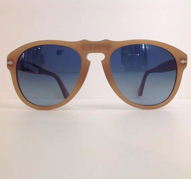 degli occhiali da sole beige con lenti blu