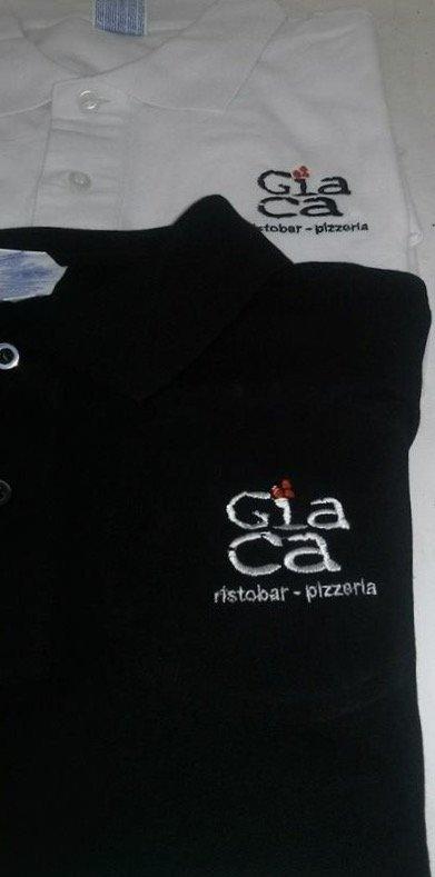 ricamo su maglietta nera