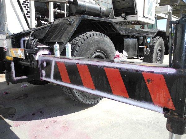 vista ravvicinata di barra di ferro nera a righe rosse dietro a un camion