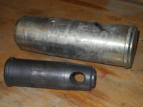 vista di due tubi in ferro con un buco al centro