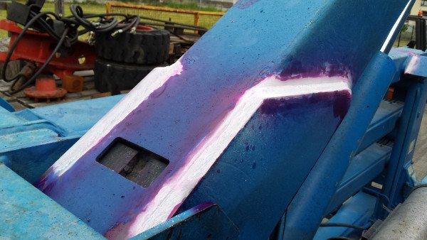 una struttura di metallo blu con della vernice rosa