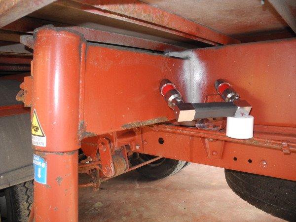 vista di una struttura di ferro di color rosso e delle ruote