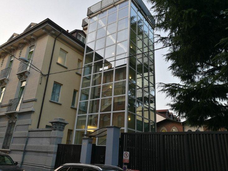 una struttura in vetro di un ascensore esterno