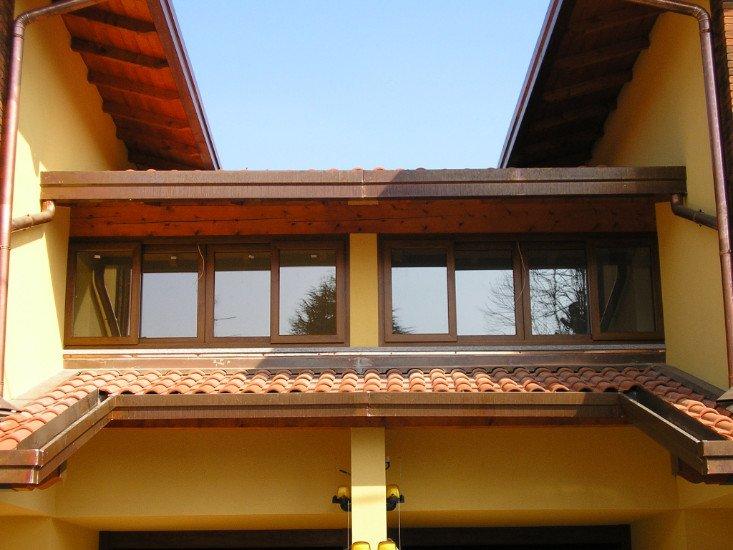 vista dall'esterno di una serie di finestrelle di una casa