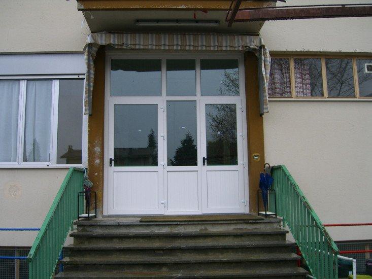 degli scalini e una porta in vetro e pvc di color bianco