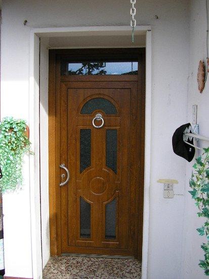 una porta d'ingresso in legno
