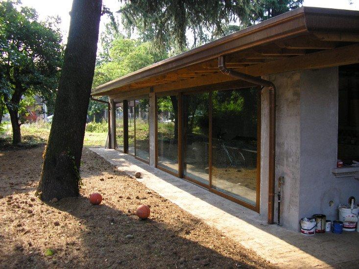 una casa con finestre scorrevoli e tetto in  legno
