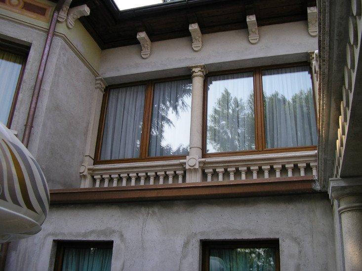 vista delle finestre di una villa