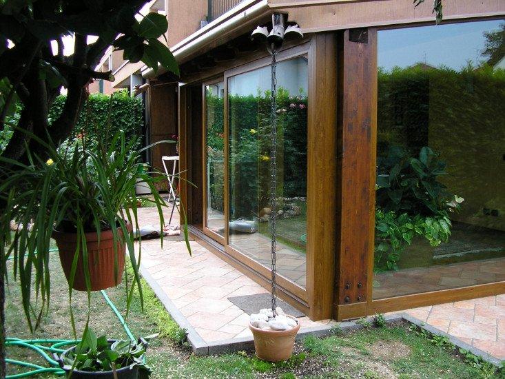 vista di una casa in legno con finestre in vetro scorrevoli