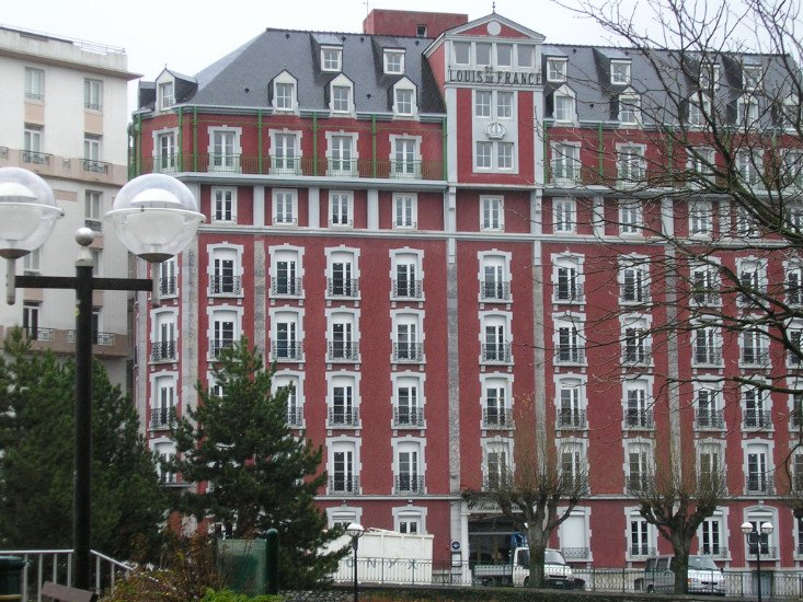 un grande condominio di color bordeaux visto da lontano