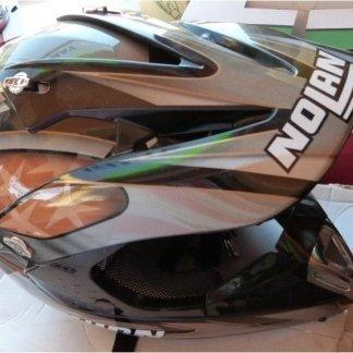 Il negozio vende i più affidabili caschi per motociclisti.