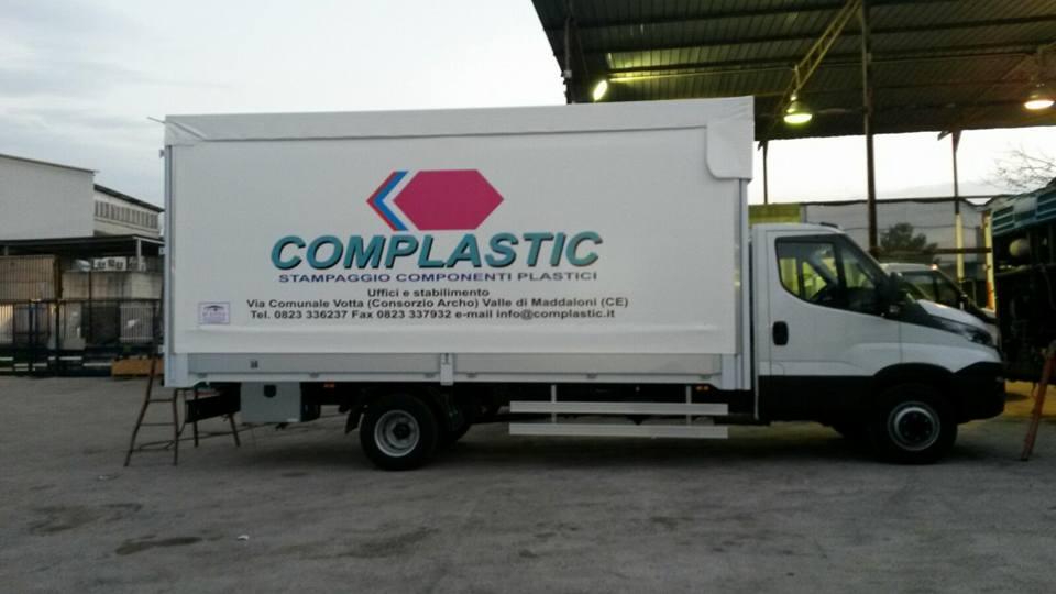 camion con scritta complastic