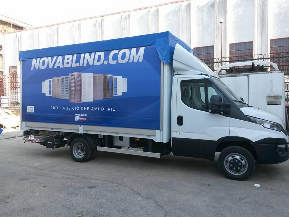 camion con scritta nuovablind.com