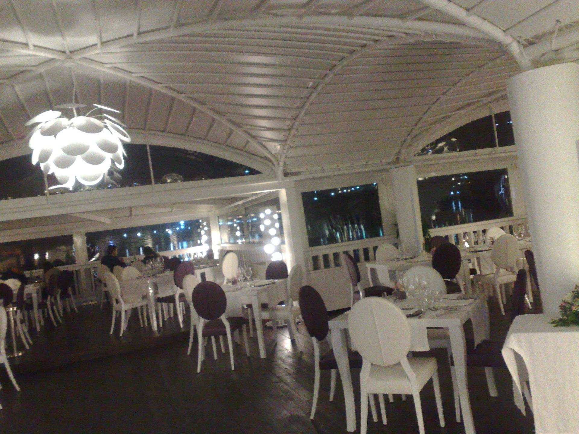 tavoli di un ristorante all'interno di un gazebo