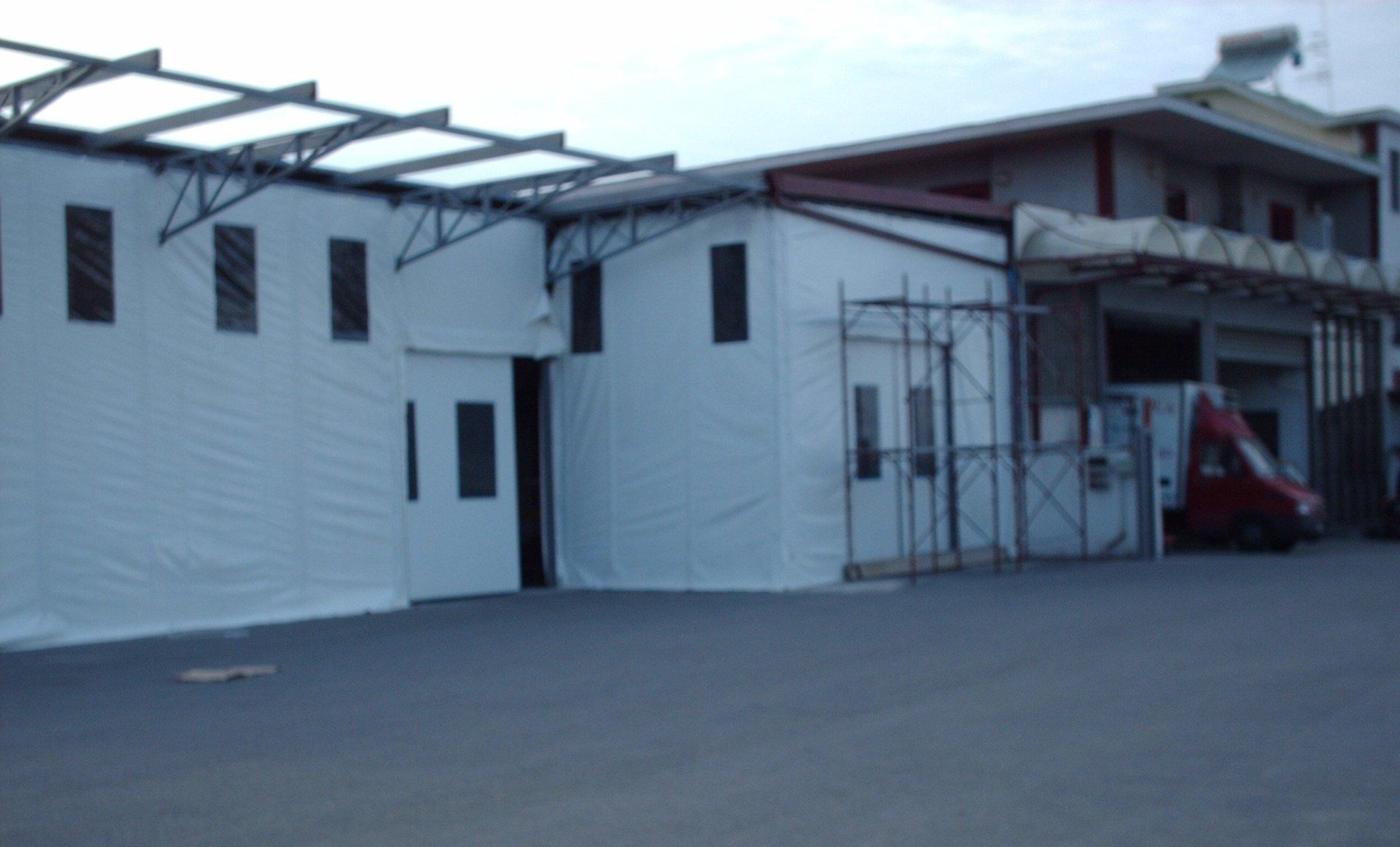 chiusura di un edificio con tende bianche