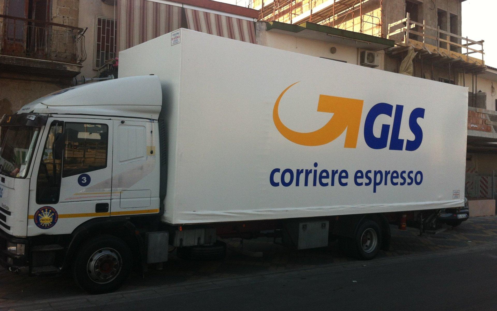 camion con scritto corriere espresso