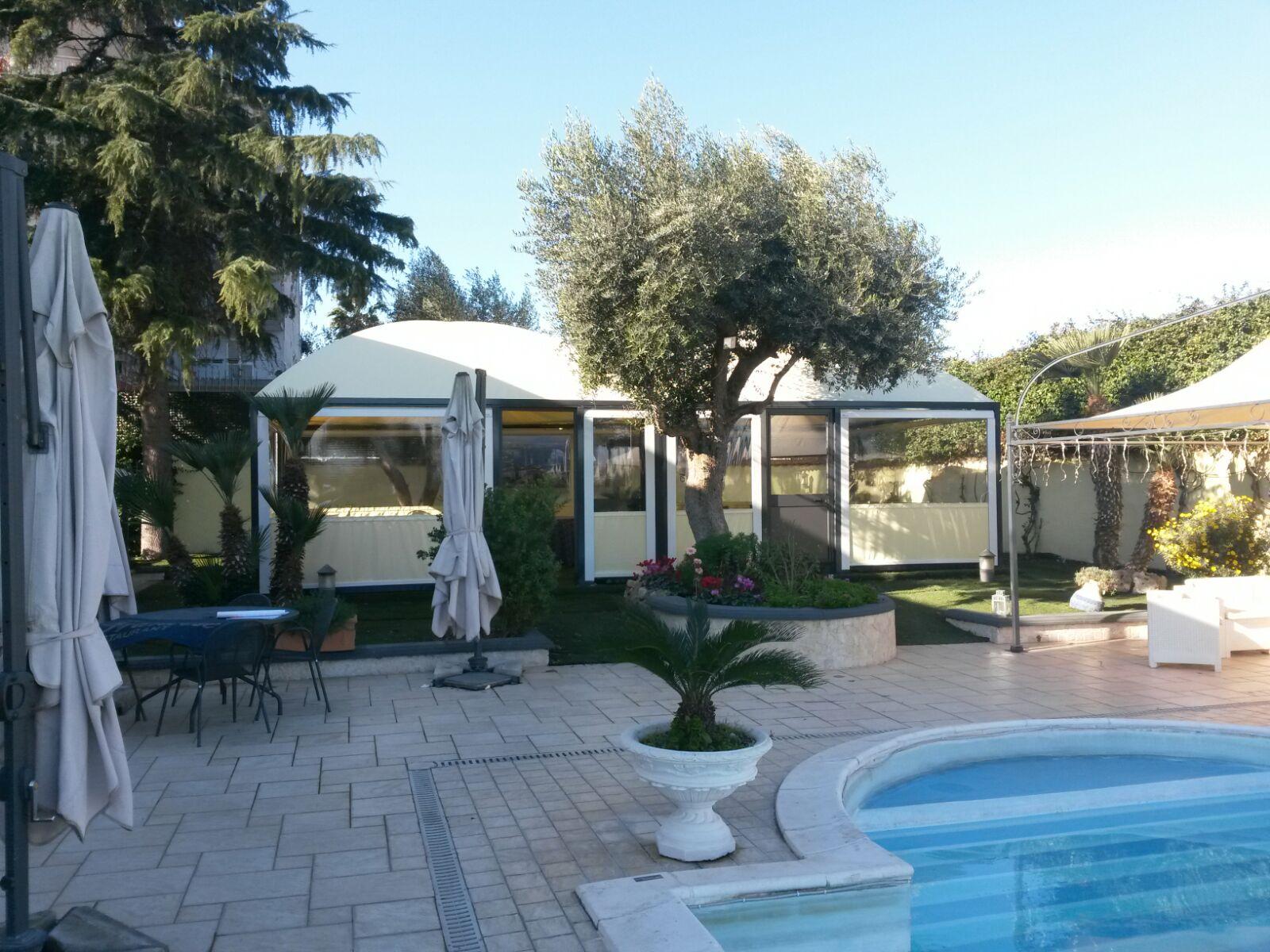 gazebo temporaneo per giardino con piscina
