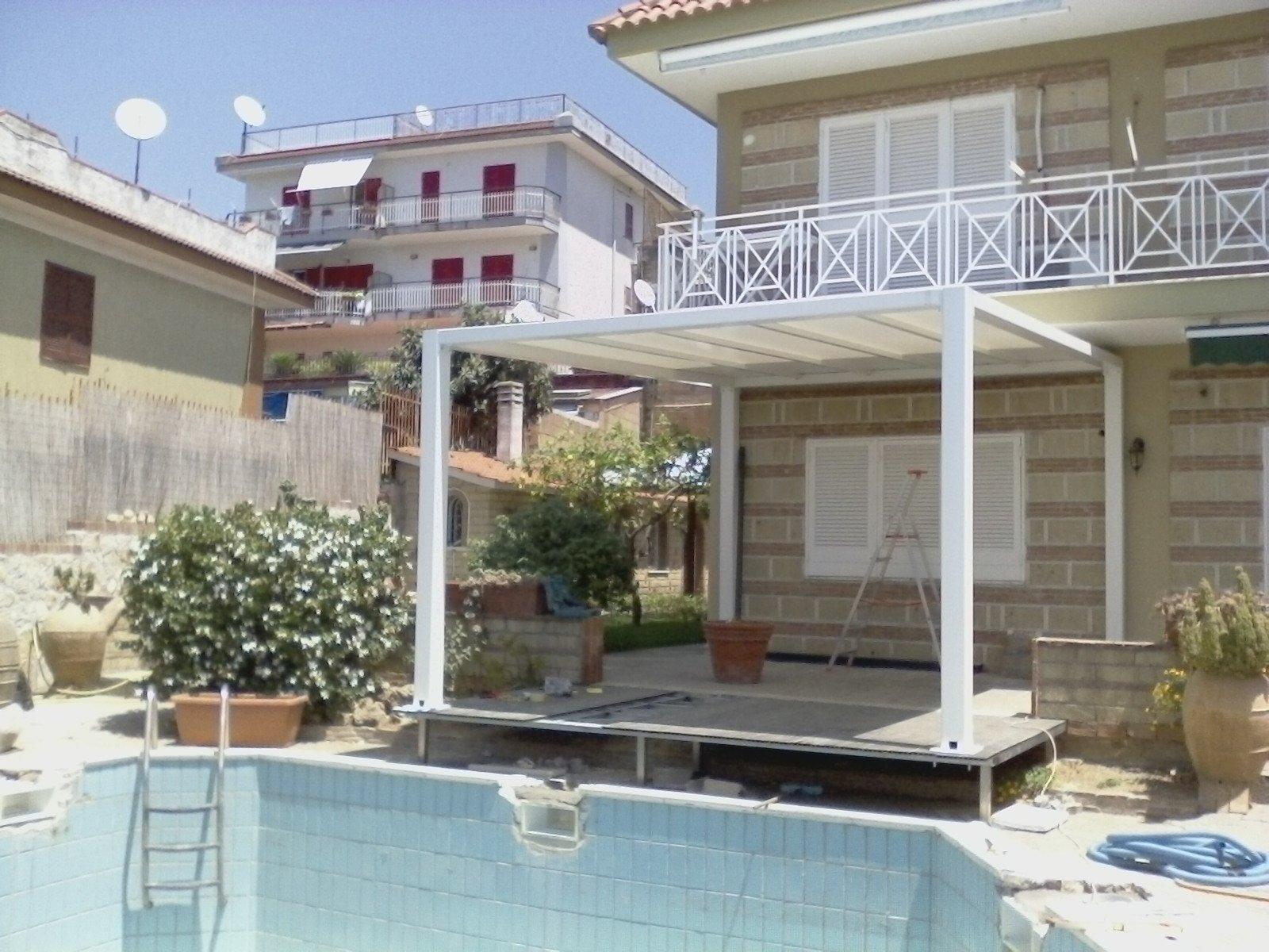 tettoia permanente a bordo piscina di giardino privato