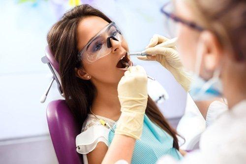 Dentista effettua una visita specialistica con strumenti d'avanguardia