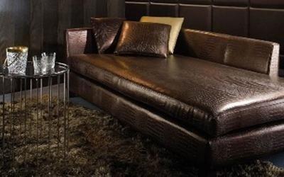 divano in ecopelle marrone