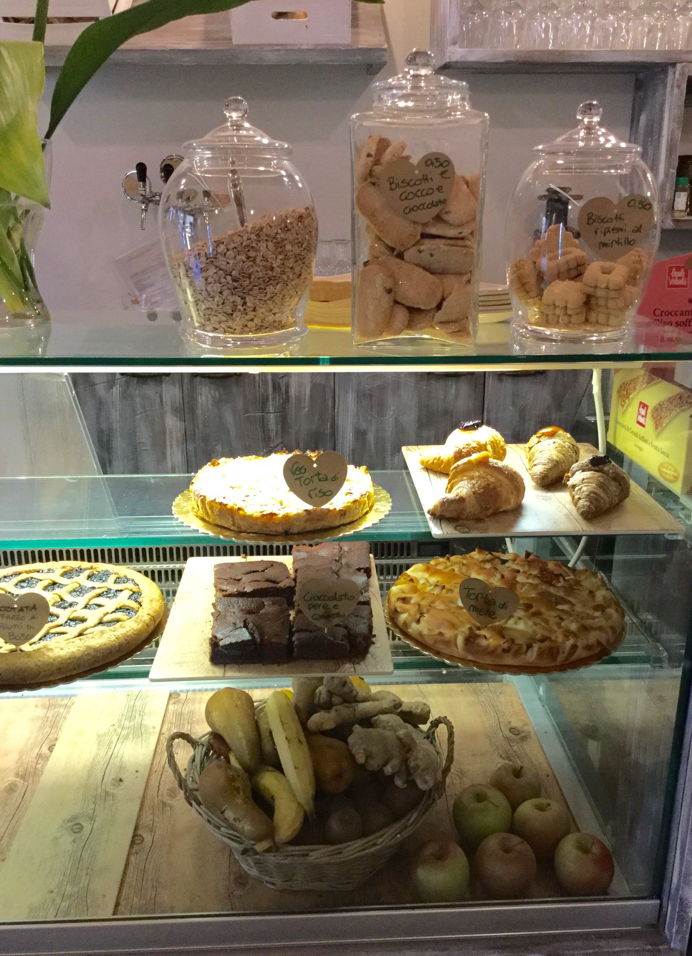 bancone con torte e biscotti