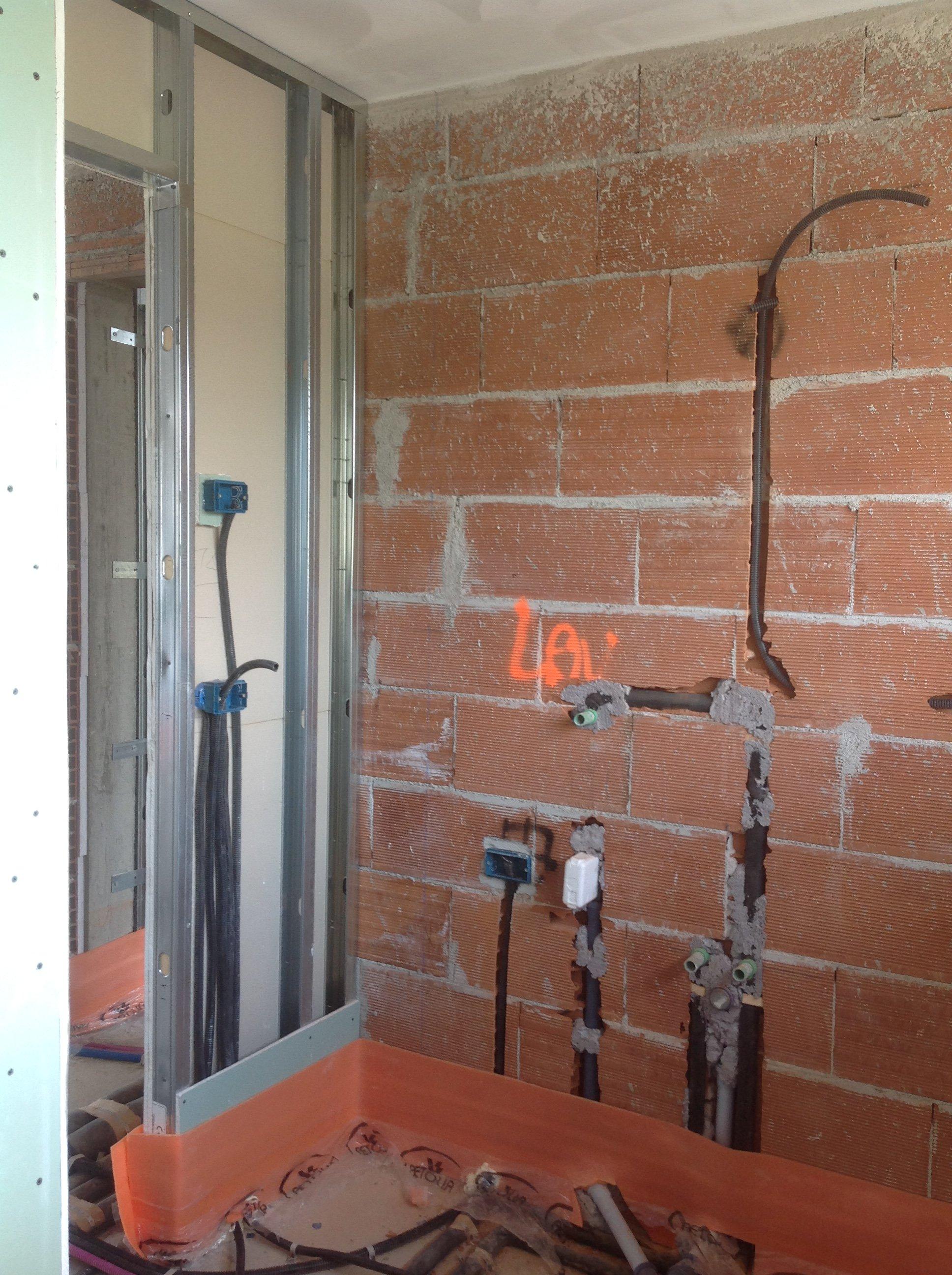 muro arancione con tubature elettriche