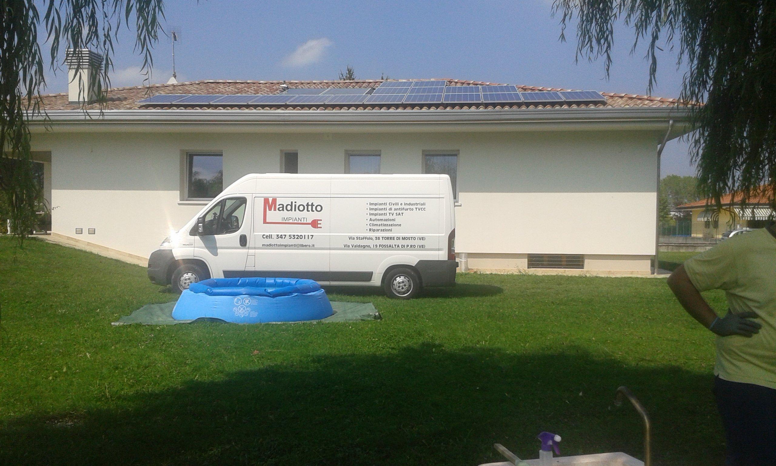 furgone della ditta di fronte a casa con impianto fotovoltaico installato