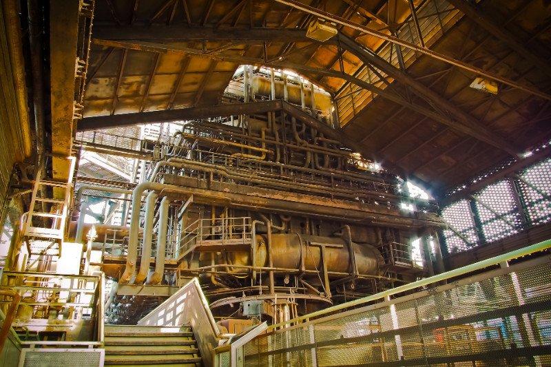 interno di una fabbrica con vista di tante tubature
