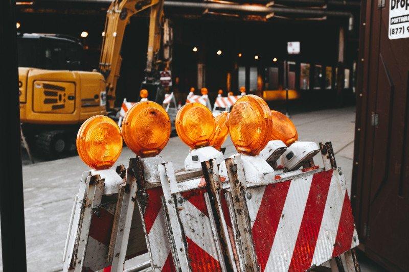 dei cartelli con sopra delle luci arancioni
