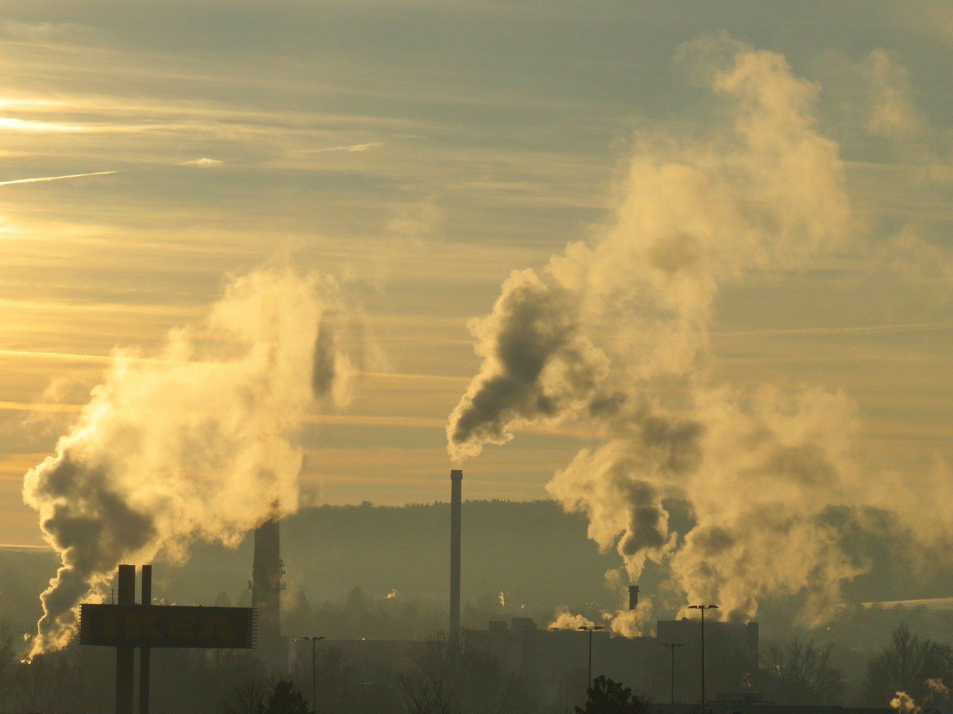 vista dei fumi che esala una fabbrica