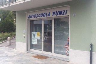 La scuola guida Punzi propone lezioni teoriche e pratiche finalizzate al conseguimento della patente.