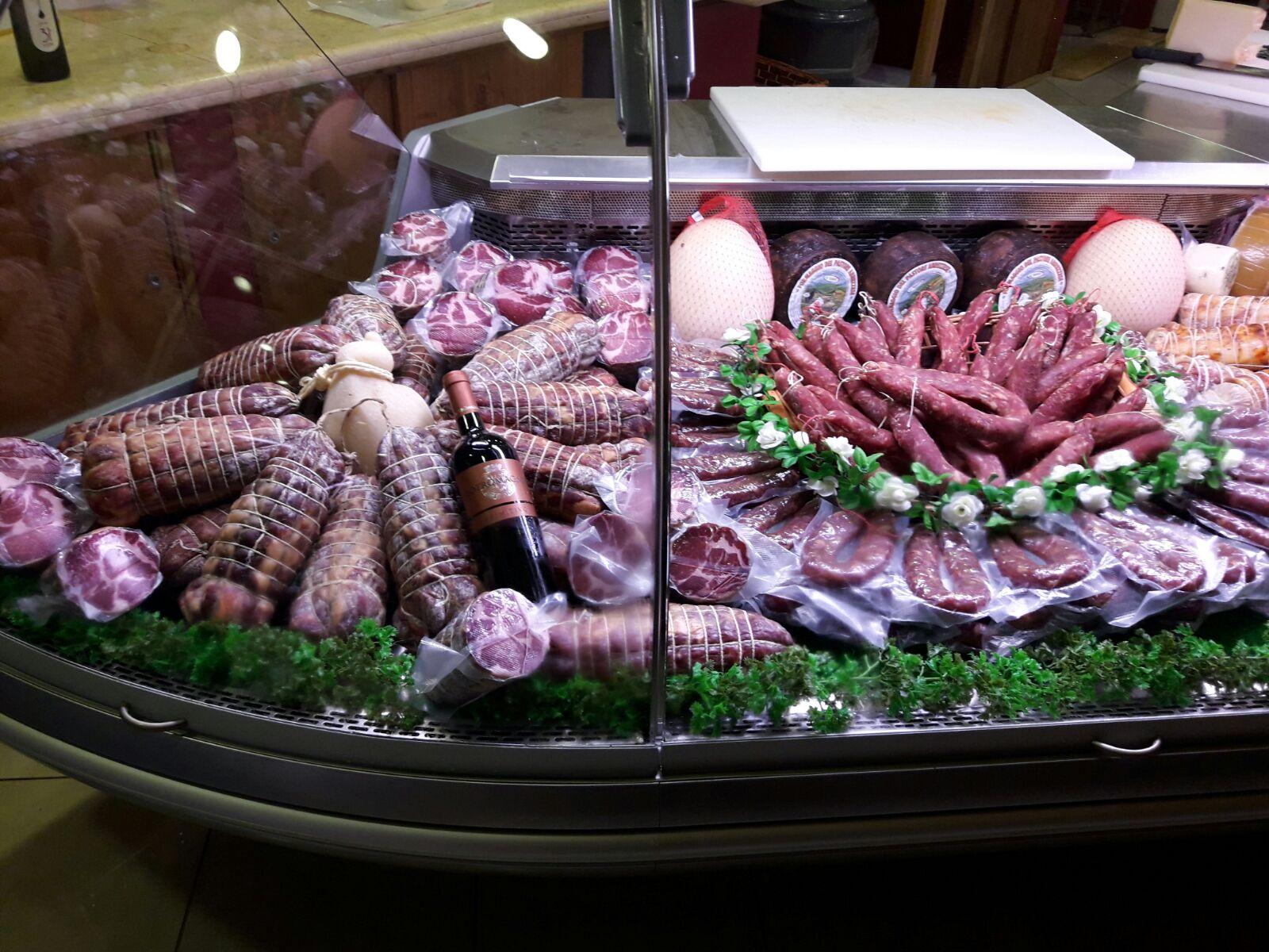 Assortimento di carni dietro il bancone