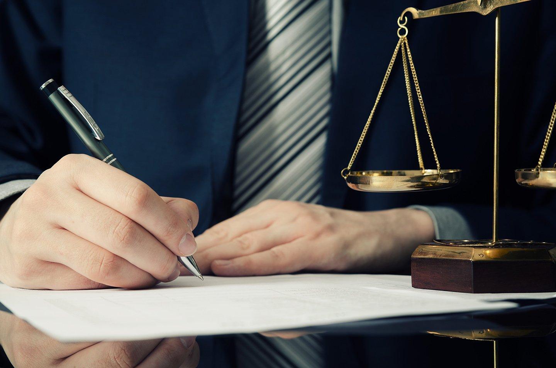 martelletto del giudice e occhiali da vista