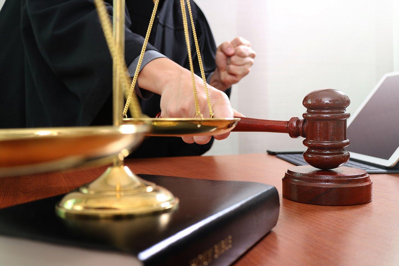 bilancia, martelletto e libri giuridici