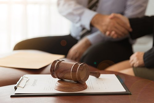stduio legale con martello del giudice