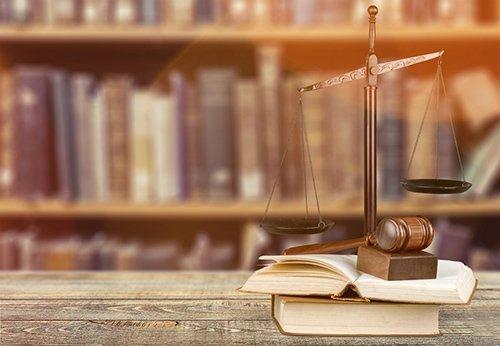 martelletto, bilancia e libri di giudici