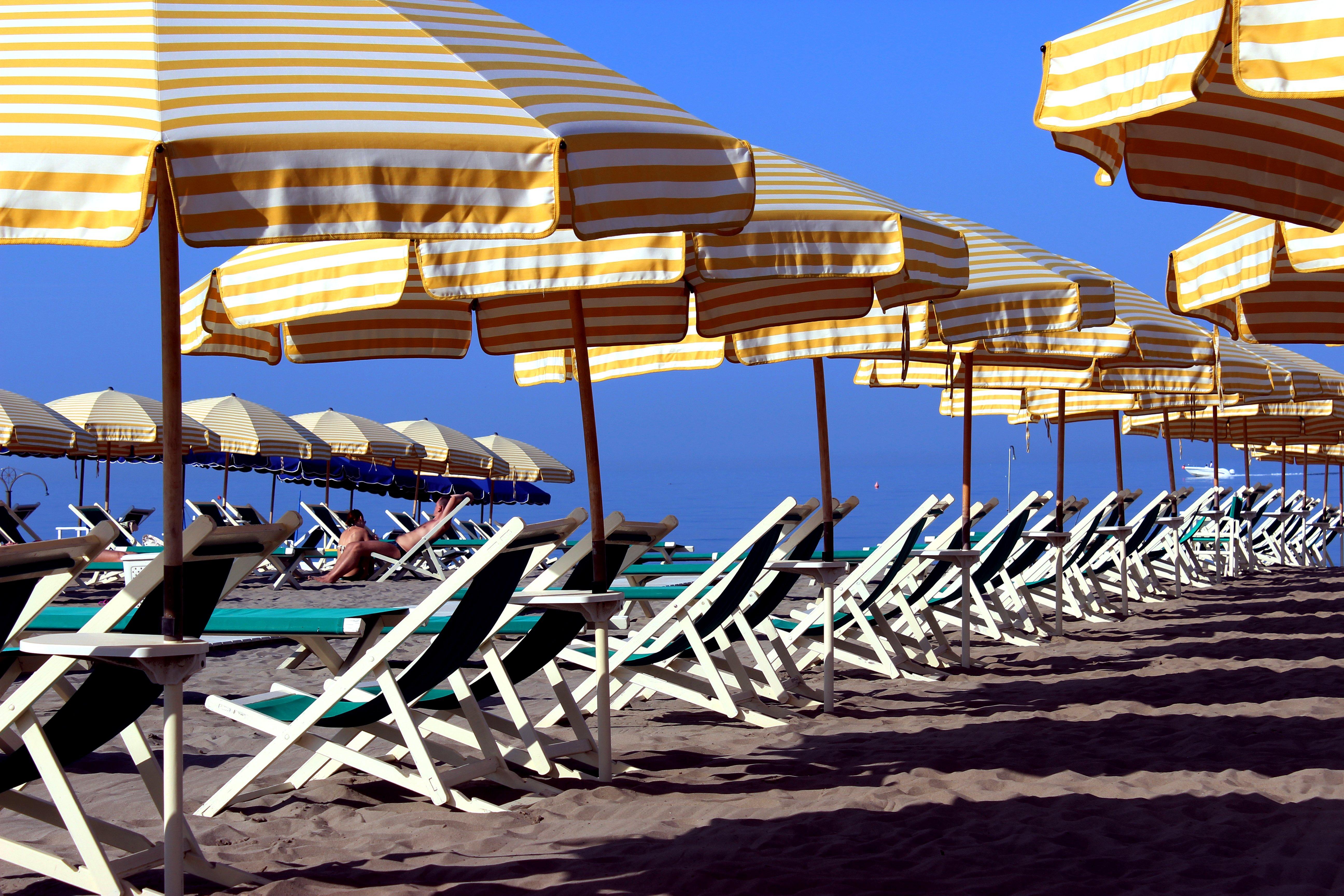 Spiaggia con sdraio e ombrelloni