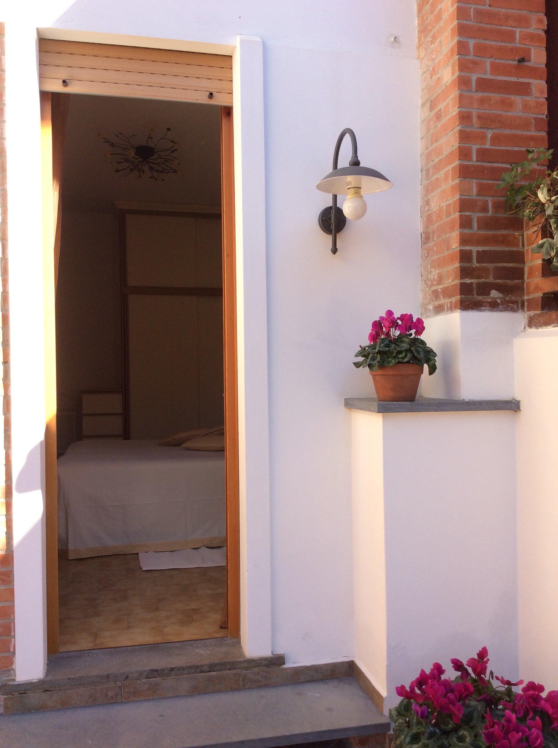 Vista dall'esterno di una camera con porta aperta