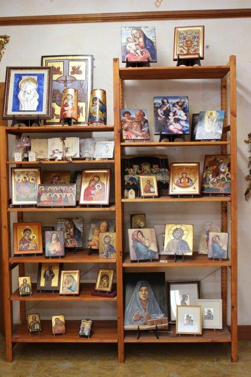 degli scaffali con dei cornici religiosi