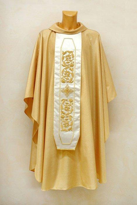un manichino con una talare di color bianco e dorato