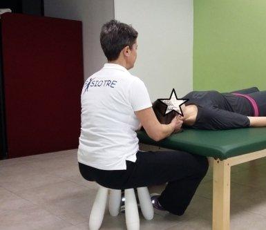 fisioterapista mentre fa un massaggio