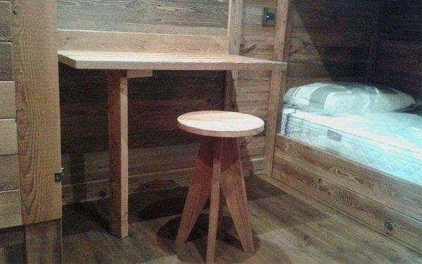 tavolino e sgabello in legno