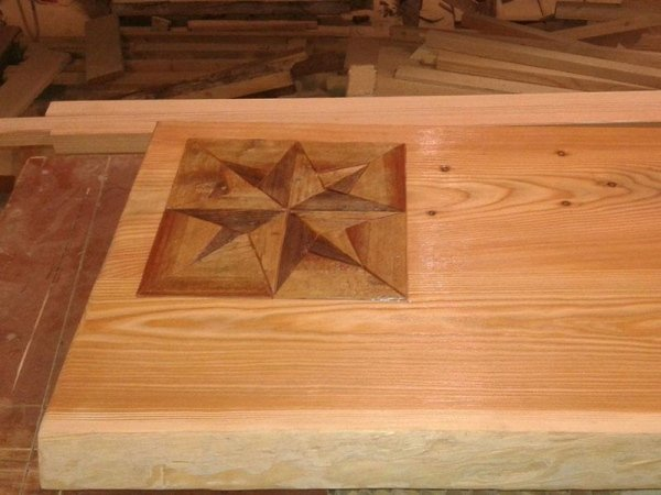tavolo in legno con inserto decorato